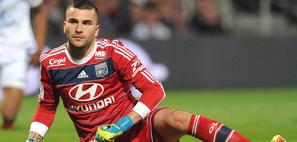 Anthony Lopes tenta segurar o Lyon