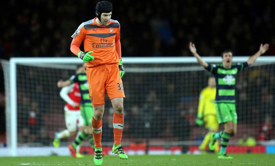 Arsenal fica sem Cech
