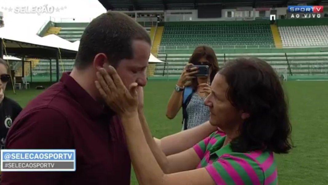 Mãe de Danilo, Dona Alaíde, enxuga lágrimas de jornalista (video)