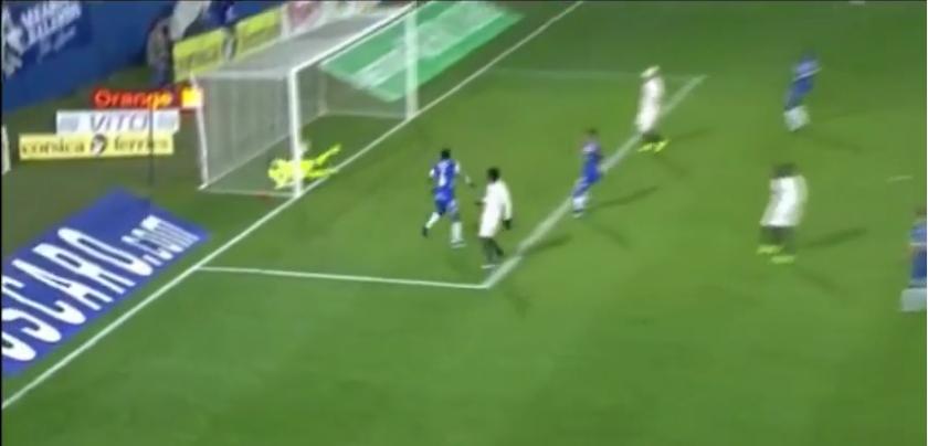 """O """"tique"""" dos saltinhos e a defesa em cima da linha de golo (video)"""