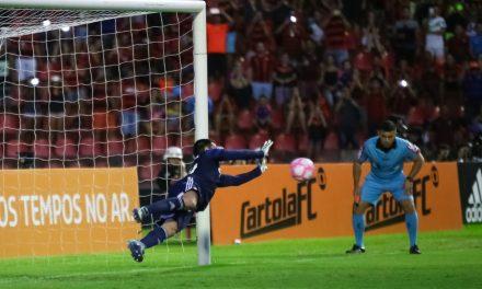 Em jogo de loucos, Wilson (Coritiba) defende dois penaltis e vence partida! (video)