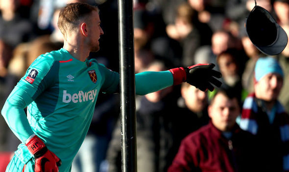 Adepto do West Ham atira chapéu a Joe Hart durante o jogo… (video)