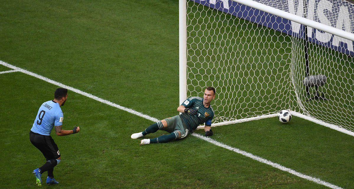 Análise: Os saltos antes do remate. Os passos em falso… Akinfeev vs Uruguai (video)