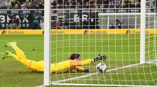 Yann Sommer: Evitar um golo de um erro e tornar numa defesa incrível… com um dedo apenas! (VIDEO)